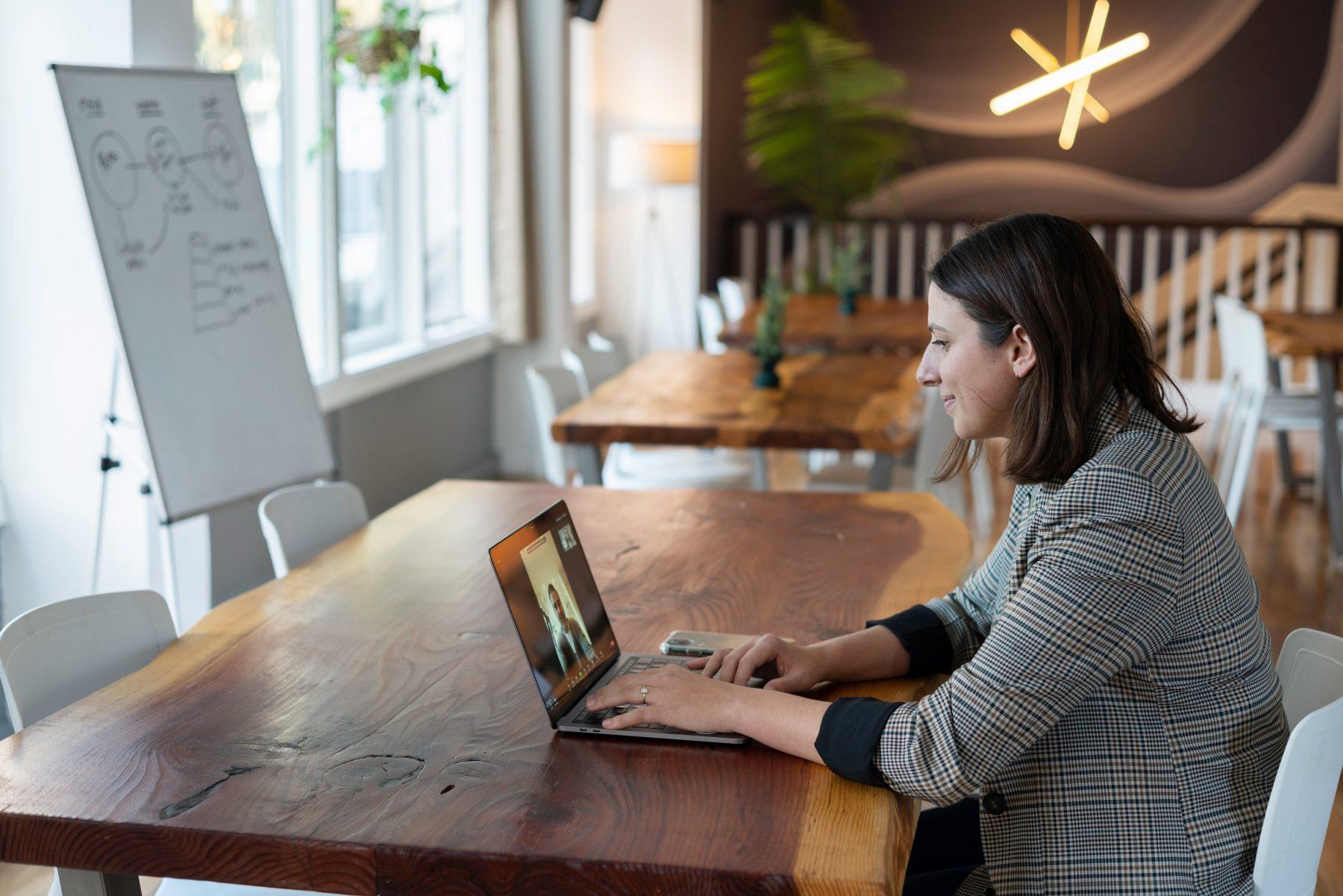 Beitragsbild: Frau im HomeOffice vor PC
